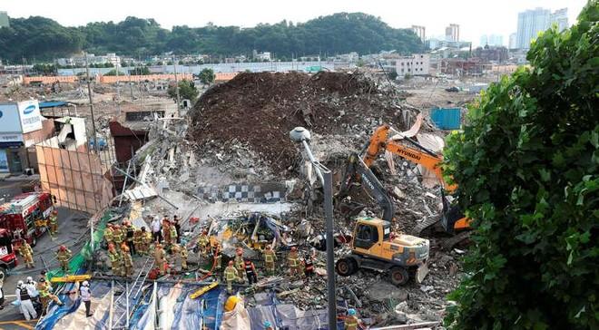 Hàn Quốc: Tòa nhà đang phá dỡ sập trúng xe buýt, 9 người thiệt mạng ảnh 1