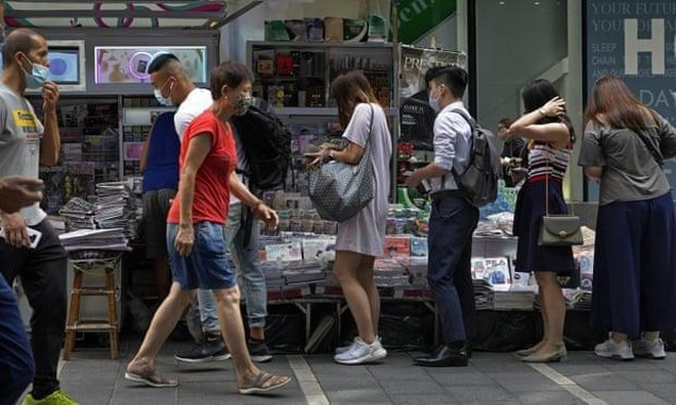 Người Hồng Kông đổ xô mua báo Apple Daily sau khi tổng biên tập bị bắt giữ ảnh 1
