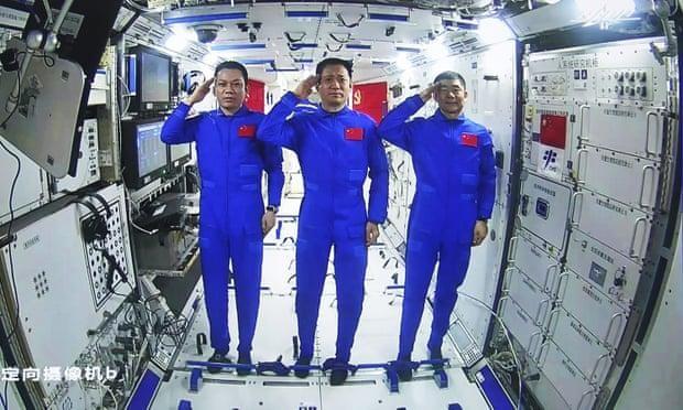 Phi hành gia Trung Quốc trên trạm Thiên Cung lần đầu đi bộ ngoài không gian ảnh 1