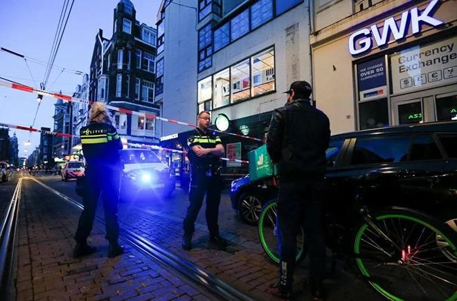 Nhà báo nổi tiếng chuyên viết về tội phạm Hà Lan bị bắn ngay trên phố ảnh 1