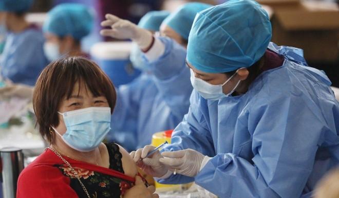 Quan chức hàng đầu CDC Trung Quốc tiêm phối hợp 3 loại vaccine Covid-19 ảnh 2