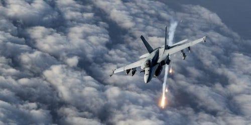 """Mỹ không kích phá hủy """"chiến lợi phẩm"""" thiết bị quân sự của Taliban ảnh 1"""