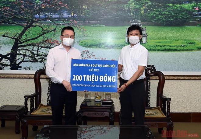 Báo Nhân Dân trao 200 triệu đồng hỗ trợ sinh viên bị ảnh hưởng dịch bệnh Covid-19 ảnh 1