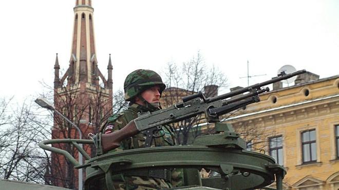 Quân đội Latvia xin lỗi vì đọ súng trên đường phố đông đúc ảnh 1