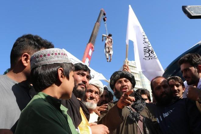 Taliban diễu phố 4 thi thể để răn đe tội phạm bắt cóc ảnh 2
