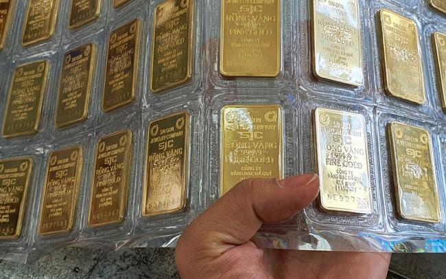 Chứng khoán bị bán tháo, giá vàng hồi phục trở lại ảnh 1