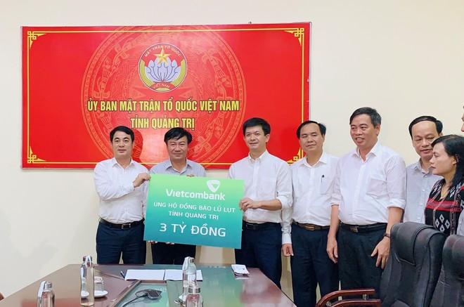 Vietcombank ủng hộ 11 tỷ đồng hỗ trợ cán bộ, chiến sỹ và đồng bào miền Trung ảnh 2