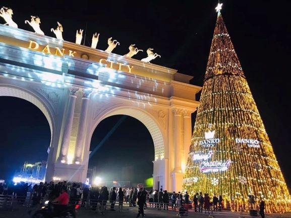 Danko Square - Rực rỡ lễ hội thắp sáng cây thông Noel đón Giáng sinh ảnh 1
