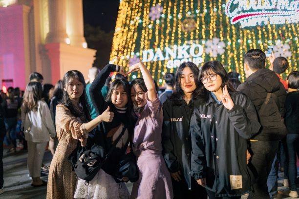 Danko Square - Rực rỡ lễ hội thắp sáng cây thông Noel đón Giáng sinh ảnh 11