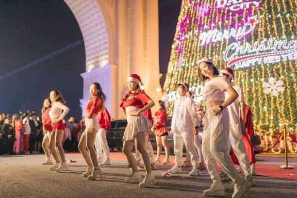 Danko Square - Rực rỡ lễ hội thắp sáng cây thông Noel đón Giáng sinh ảnh 4