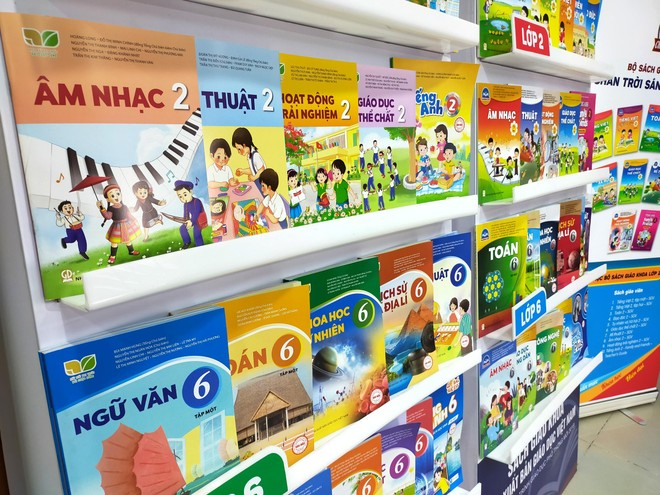 Giá sách giáo khoa lớp 2 và lớp 6 mới cao gấp 3-4 lần sách cũ, Bộ Tài chính nói gì? ảnh 1