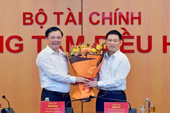 Đồng chí Đinh Tiến Dũng bàn giao nhiệm vụ Bộ trưởng Tài chính cho đồng chí Hồ Đức Phớc ảnh 1