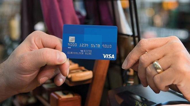 Khách hàng quẹt thẻ tín dụng cũng cần cơ cấu nợ ảnh 1