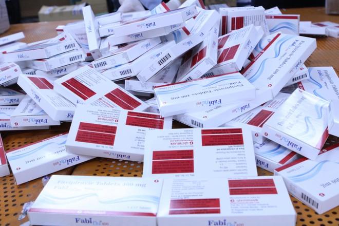Từ 15 kiện hàng thực phẩm nghi vấn, phát hiện hơn 60.000 viên thuốc điều trị Covid-19 ảnh 2