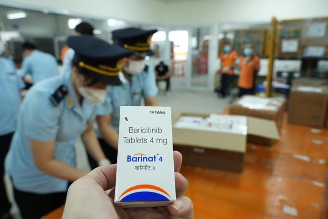 Từ 15 kiện hàng thực phẩm nghi vấn, phát hiện hơn 60.000 viên thuốc điều trị Covid-19 ảnh 3
