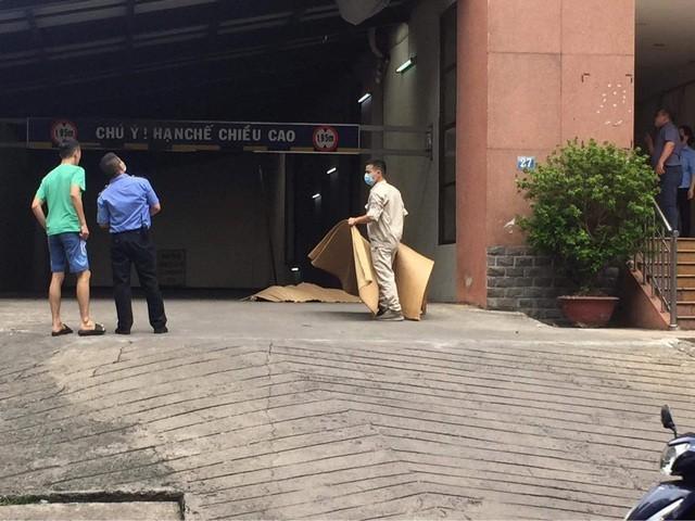 [Tin nhanh tối 4-9-2020] Người đàn ông rơi từ tầng 19 tòa chung cư xuống đất ảnh 1