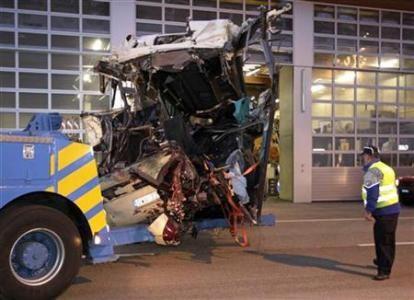 Xe buýt đâm vào đường hầm, 22 học sinh thiệt mạng ảnh 1