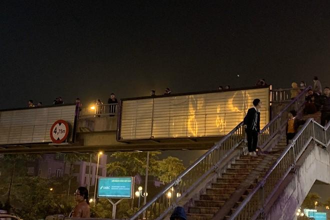 Dưới khu vực chân cầu Nhật Tân, đường sá thông thoáng hơn nhiều so với dự đoán của nhiều người. Một số người hâm mộ tranh thủ lên cầu thang bộ để chờ đoàn xe chở đội tuyển đi qua (Ảnh: Nguyễn Quốc Dũng)