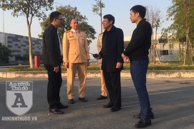 Đại tá Nguyễn Văn Viện - Phó Giám đốc CATP Hà Nội - trực tiếp lên sân bay Nội Bài chỉ đạo công tác đón, dẫn đoàn thể thao Việt Nam. Ảnh: Hoàng Phong
