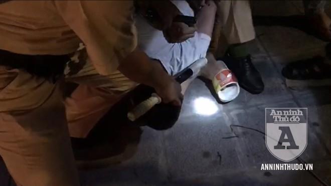 [CLIP] Cảnh sát 141 dùng võ thuật trấn áp kẻ nuốt ma túy liều lĩnh ảnh 1