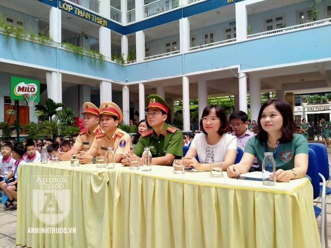 Học sinh trường tiểu học Lê Văn Tám hào hứng với buổi tuyên truyền ATGT ảnh 2