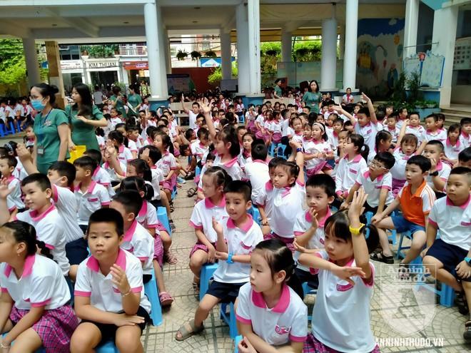 Học sinh trường tiểu học Lê Văn Tám hào hứng với buổi tuyên truyền ATGT ảnh 4