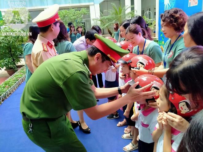 Học sinh trường tiểu học Lê Văn Tám hào hứng với buổi tuyên truyền ATGT ảnh 9