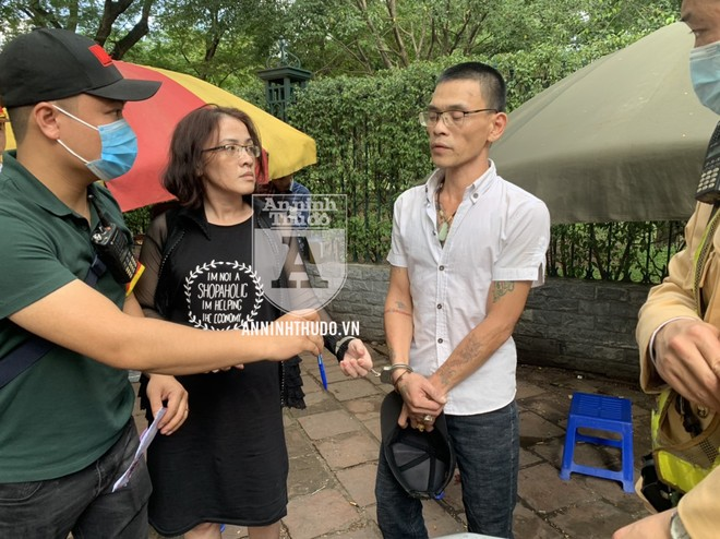 [CLIP] Cặp đôi nam nữ đeo kính cận 'thủ' cả ma túy và dao bầu ảnh 1