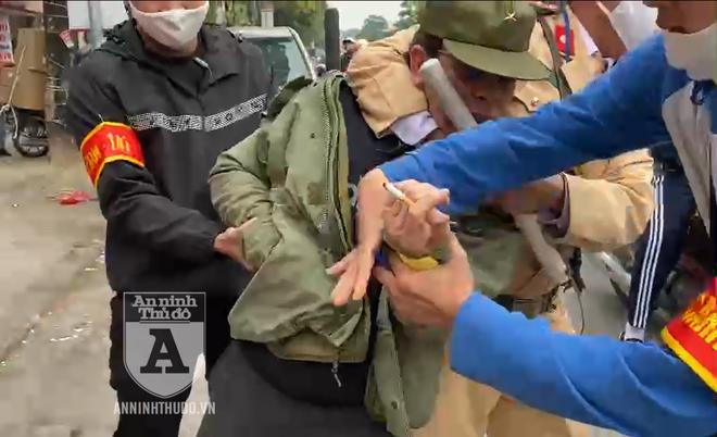 [CLIP] Cảnh sát 141 quật ngã gã giang hồ chống đối, giấu bọc heroin cỡ lớn ảnh 1