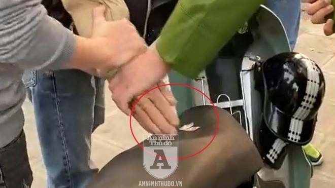 [CLIP] Bắt giữ đối tượng giang hồ đâm gẫy dùi cui điện của Cảnh sát 141 hòng 'thông chốt' ảnh 2