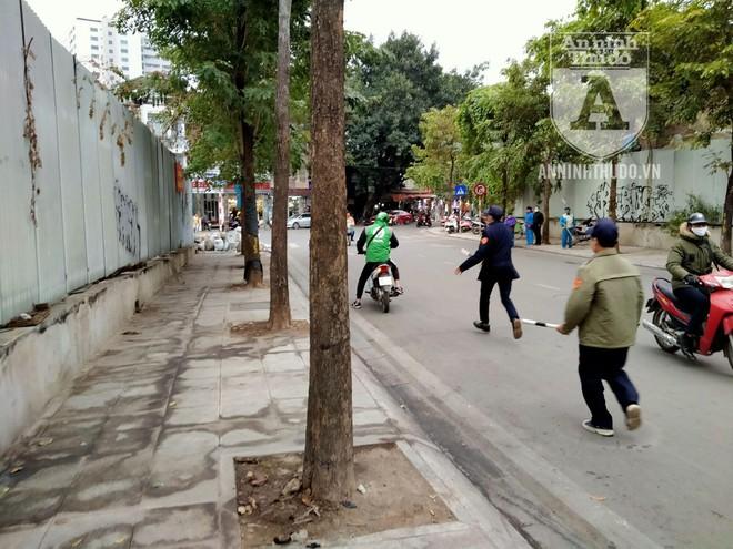 [CLIP] Hà Nội: Nam thanh niên bị phạt 2 triệu đồng vì... phóng uế bừa bãi ảnh 4