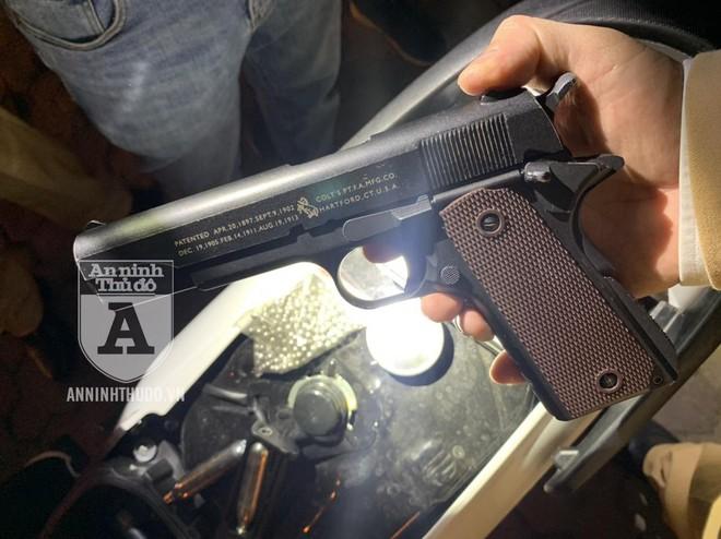 Phát hiện đối tượng thủ súng bắn bi sắt lang thang đi chơi Tết ảnh 3