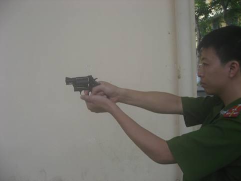 Cảnh sát khu vực Q.Hai Bà Trưng được trang bị súng đa năng ảnh 4