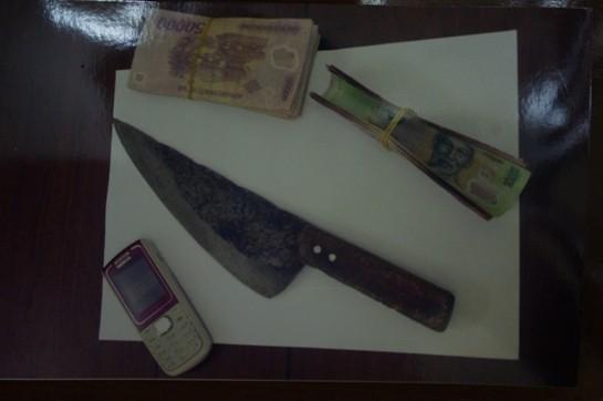Gớm mặt gã cướp trọc đầu vung dao giữa chợ ảnh 2