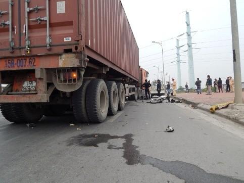1 người đàn ông chết thảm dưới bánh xe container ảnh 1