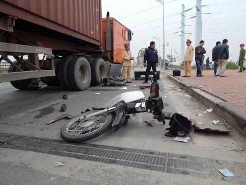 1 người đàn ông chết thảm dưới bánh xe container ảnh 3