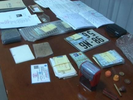 Bắc Giang: Triệt phá đường dây làm giả giấy tờ, thu 2 khẩu súng ảnh 2