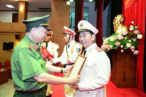 Trao Quyết định thăng cấp bậc hàm từ Thiếu tướng lên Trung tướng đối với Thứ trưởng Trần Quốc Tỏ ảnh 1
