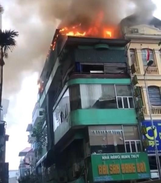 Tá hỏa vì cháy khu bếp tầng 5 của nhà hàng hải sản ảnh 1