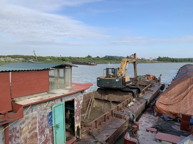 Bắt quả tang dây chuyền rút ruột hàng chục tấn than cám trên sông Thương ảnh 1