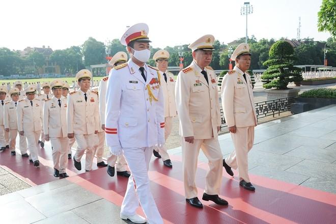 Đoàn đại biểu Đại hội Đảng bộ Công an Trung ương viếng Lăng Chủ tịch Hồ Chí Minh ảnh 1
