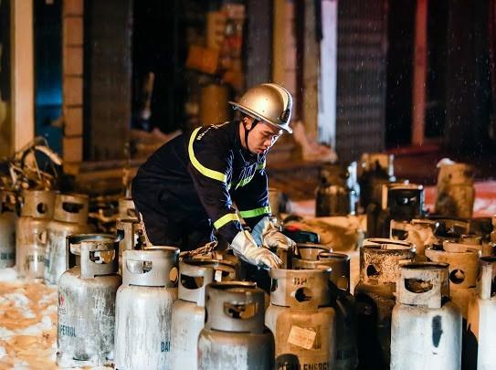 Hà Nội: Giải cứu nhiều người lớn và trẻ em trong vụ cháy cửa hàng gas ảnh 3