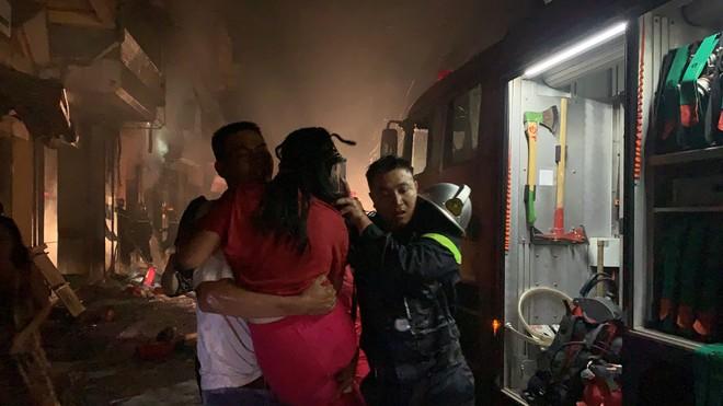 Hà Nội: Giải cứu nhiều người lớn và trẻ em trong vụ cháy cửa hàng gas ảnh 1