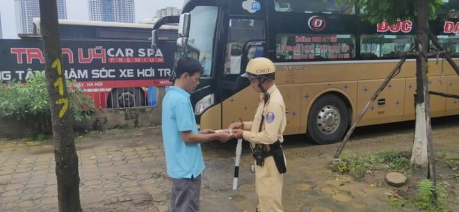 Hà Nội: Xử phạt hàng loạt xe khách vi phạm trên đường Trần Vỹ ảnh 1