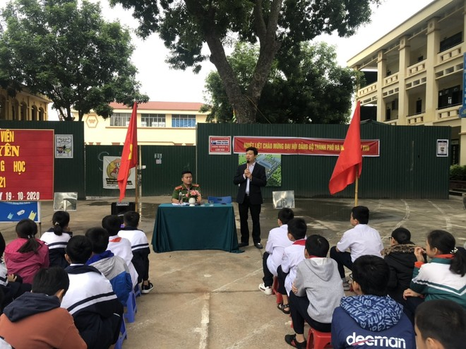 Huyện Gia Lâm (Hà Nội): Trưởng Công an xã tuyên truyền, hướng dẫn kỹ năng đảm bảo an ninh học đường ảnh 5