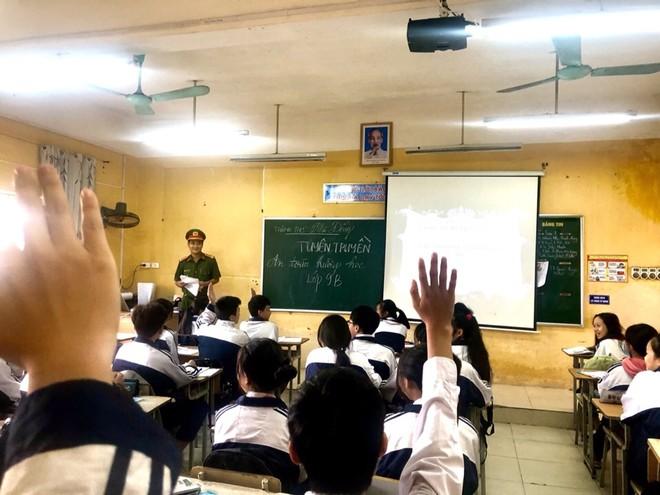 Huyện Gia Lâm (Hà Nội): Trưởng Công an xã tuyên truyền, hướng dẫn kỹ năng đảm bảo an ninh học đường ảnh 2