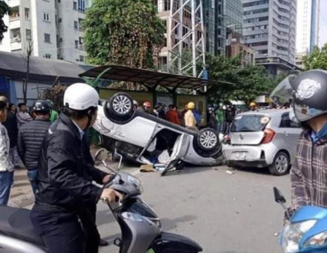 Hà Nội: Tai nạn liên hoàn, xe ô tô lật ngữa giữa phố ảnh 1