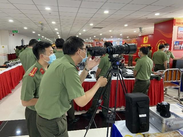 Súng bắn tỉa, bình xịt cay, áo giáp chống đạn AK…tại triển lãm trang thiết bị hỗ trợ công tác nghiệp vụ của Bộ Công an ảnh 10