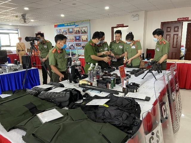 Súng bắn tỉa, bình xịt cay, áo giáp chống đạn AK…tại triển lãm trang thiết bị hỗ trợ công tác nghiệp vụ của Bộ Công an ảnh 2