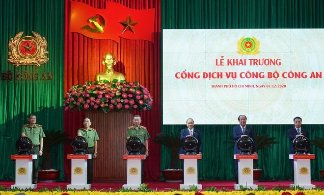 Thủ tướng Nguyễn Xuân Phúc nhấn nút khai trương Cổng dịch vụ công Bộ Công an ảnh 1
